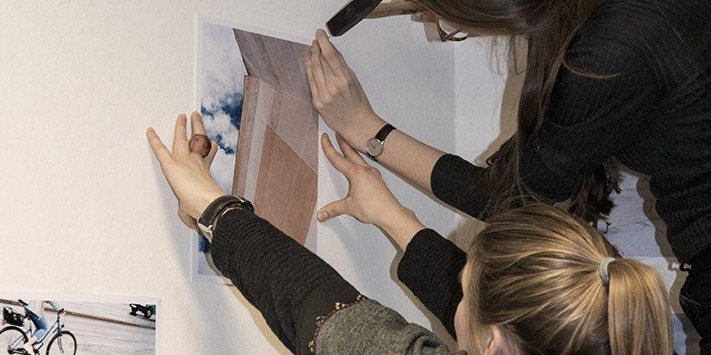 Aufhängung Fotos im Atelier