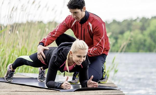 ausbildung sport fitnesskaufmann frau mit fitnesstrainer a lizenz cimdata. Black Bedroom Furniture Sets. Home Design Ideas