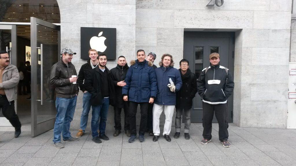 Fachinformatiker vor dem Applestore