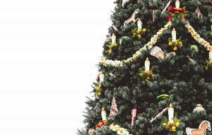 großer, beschmückter Weihnachtsbaum